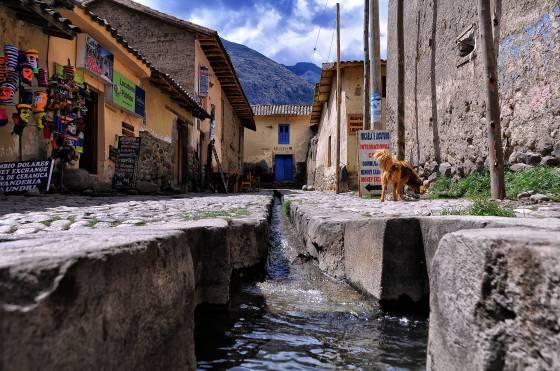 Inca_Water_Channel,_Ollantaytambo,_Peru_(6989005258)