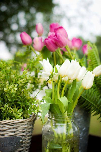 Centros-de-mesa-estilo-r__stico-decorados-con-tulipanes-Caroline-Rentzel-Photography